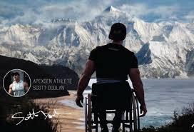 En fauteuil roulant, il atteint un camp de base de l'Everest